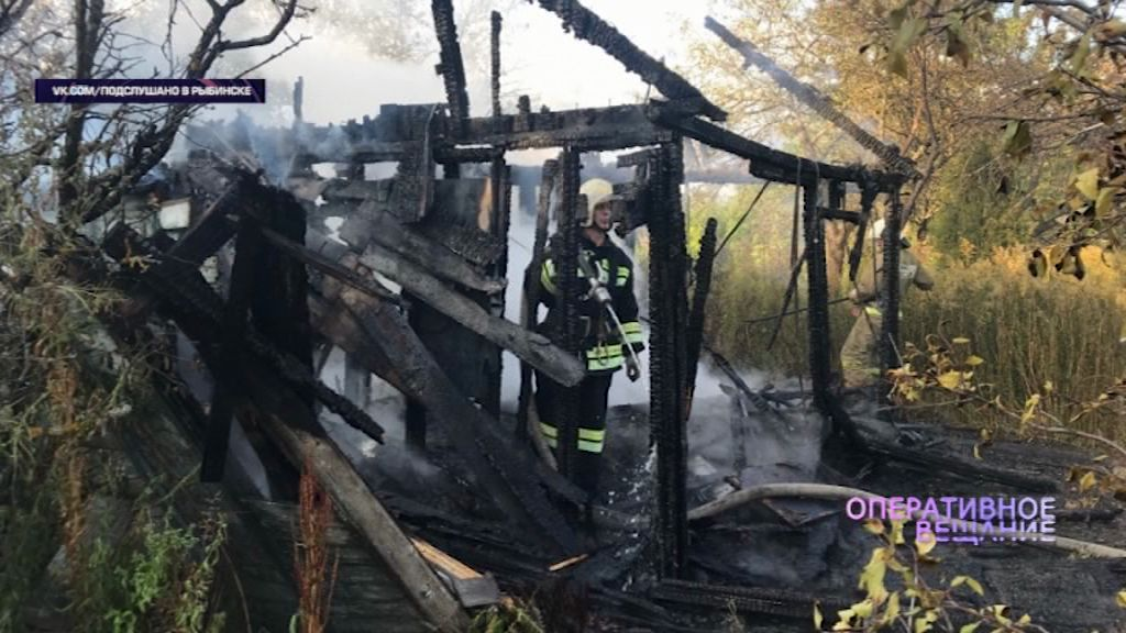 Сильный пожар в Рыбинске уничтожил деревянный дом