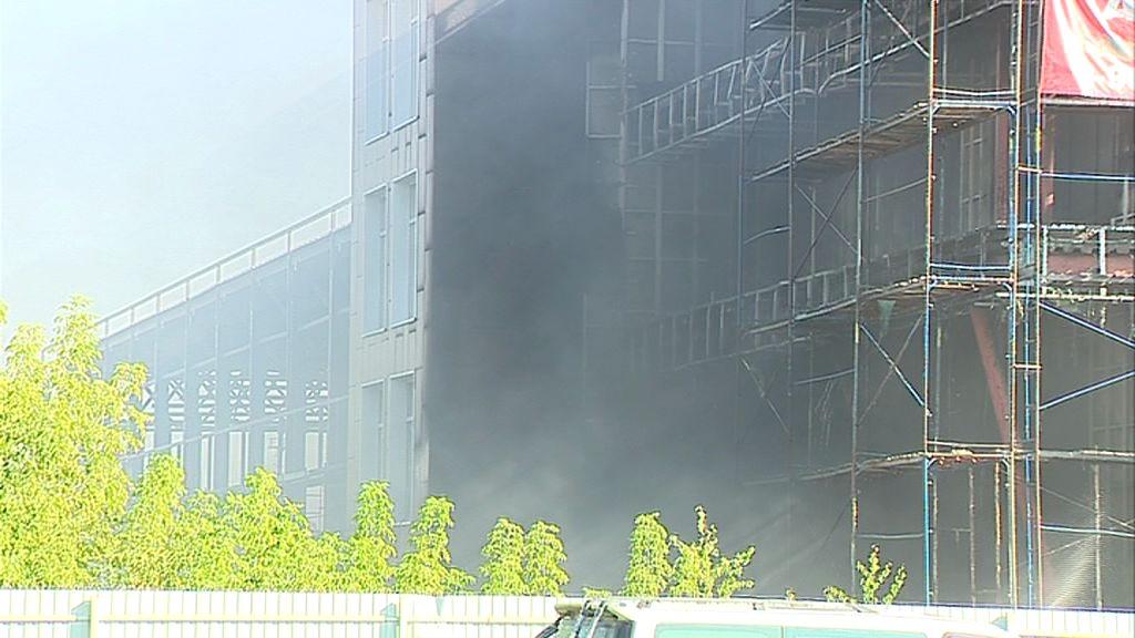Огромный пожар на Полушкиной роще: загорелось здание рядом с автосалоном