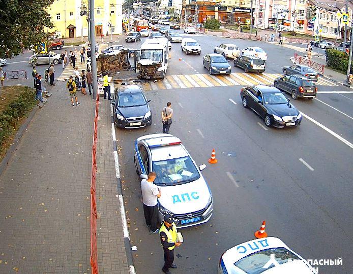 Пострадавших увозили на скорой: страшная авария в центре Ярославля