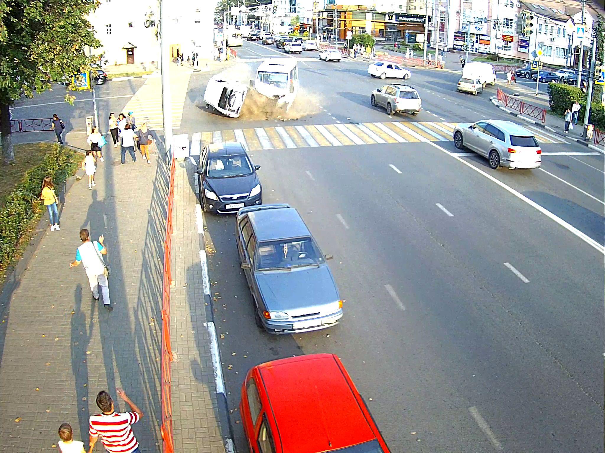 ЭКСКЛЮЗИВ: «Первый Ярославский» публикует видео с камеры наблюдения столкновения маршрутки и внедорожника