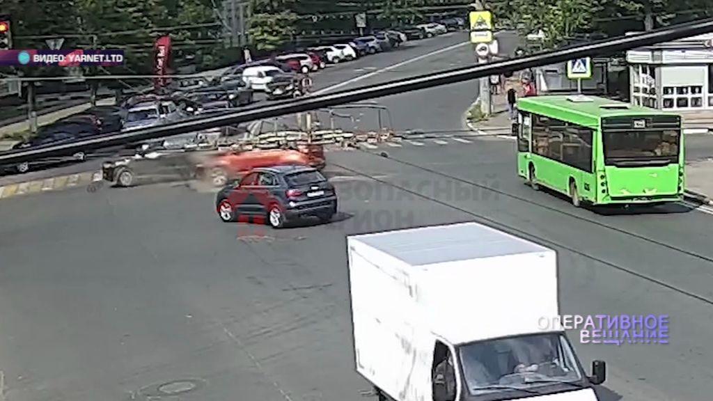 ВИДЕО: в серьезной аварии на проспекте Ленина едва не пострадал маленький ребенок