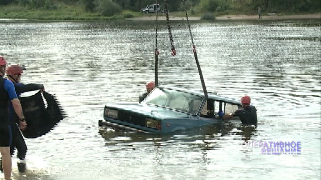Переполох на Центральном пляже: на учениях спасатели поднимали машину со дна