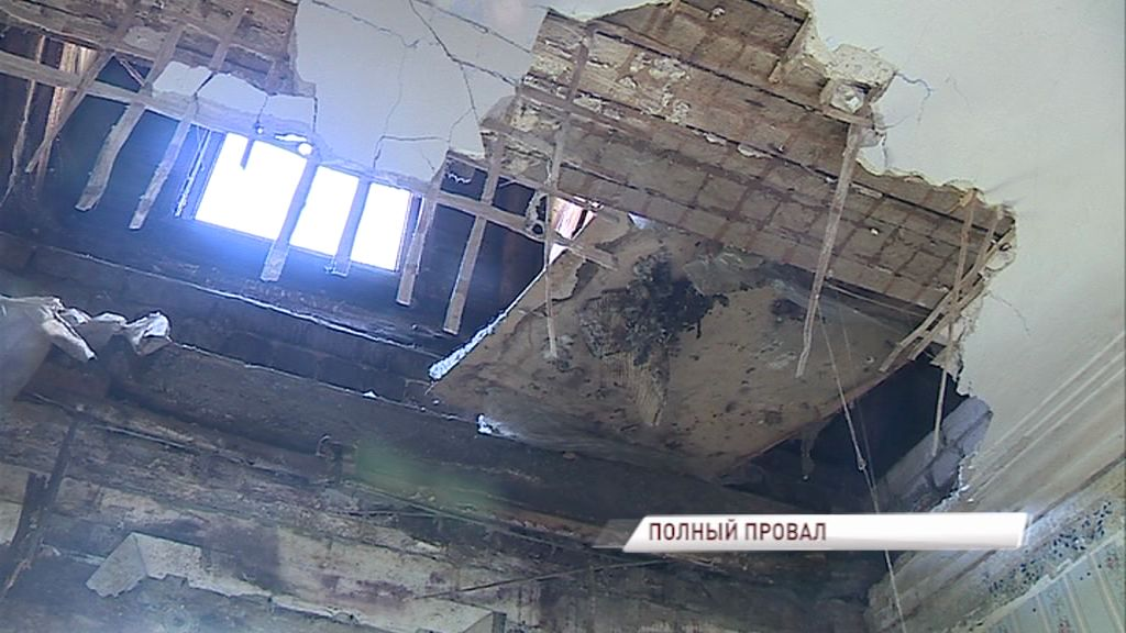 В доме, который расселят к 2025 году, обрушился потолок