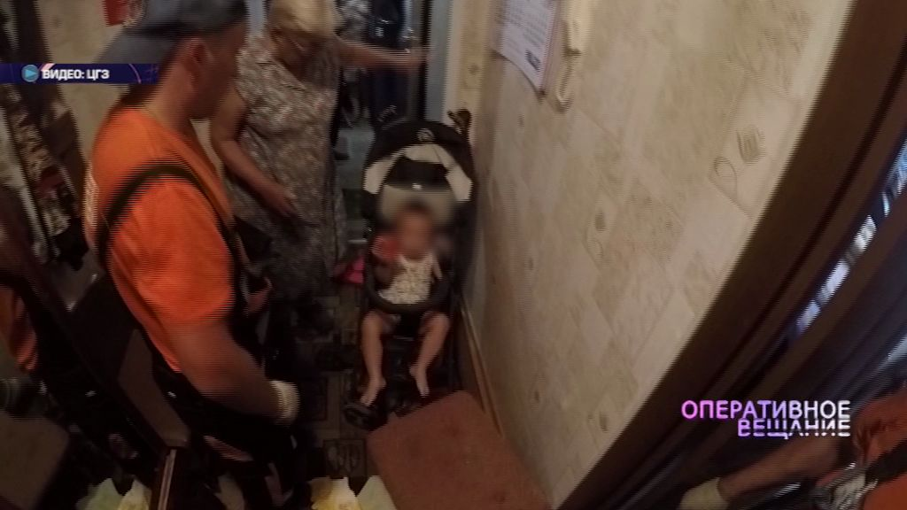 Успели вовремя: спасатели вытащили малыша из закрытой квартиры