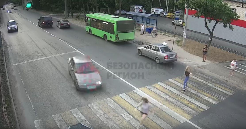 В Ярославле школьница побежала на красный и попала под колеса легковушки