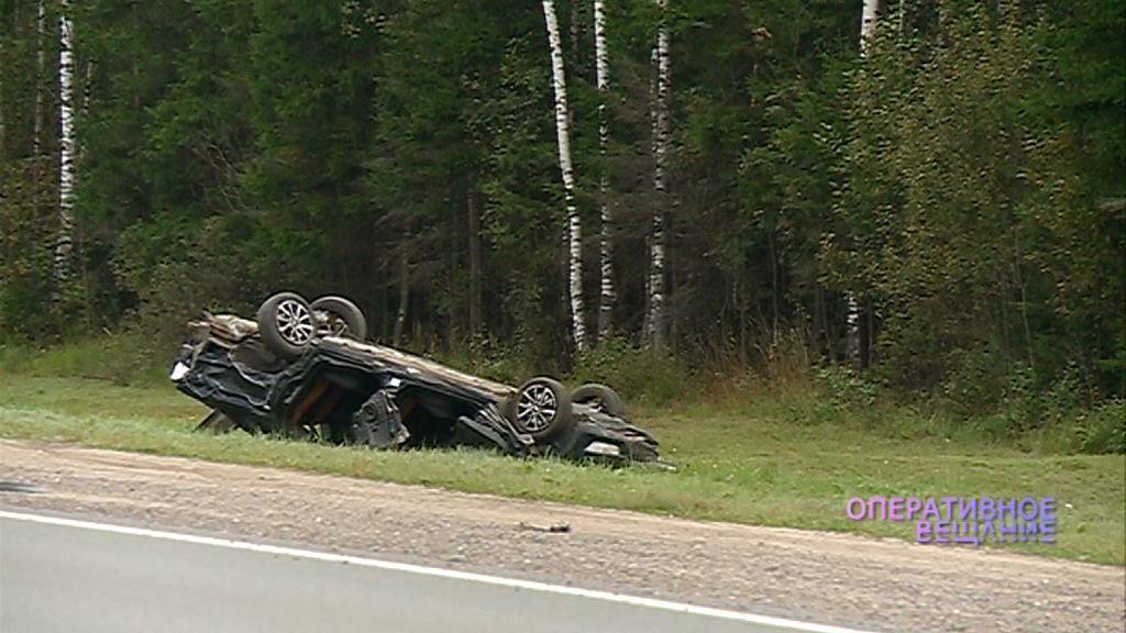 На М8 под Ярославлем столкнулись иномарки: один из автомобилей вылетел на обочину и перевернулся