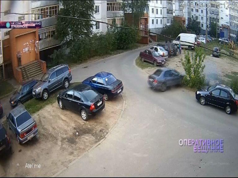 ВИДЕО: В Рыбинске ребенок случайно нажал на педаль газа в маминой машине и протаранил пару авто