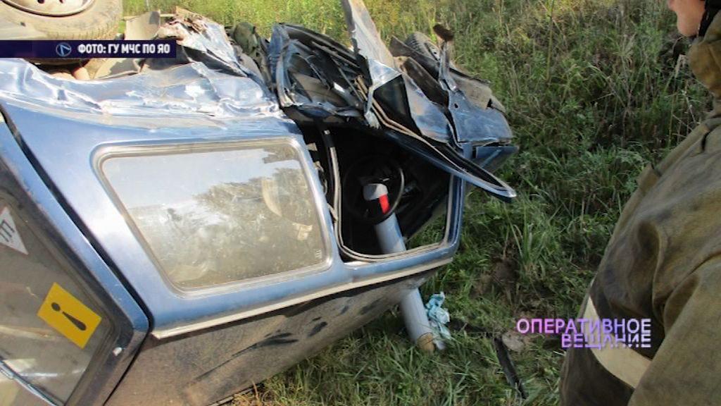 На угличской трассе столкнулись легковушки: один из автомобилей перевернулся от удара