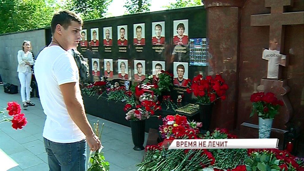 На кладбище, где похоронены 14 игроков «Локомотива», прошли траурные мероприятия