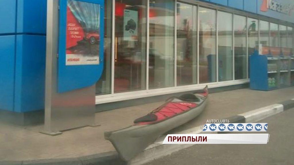 Неизвестный «припарковал» на ярославской автозаправке байдарку