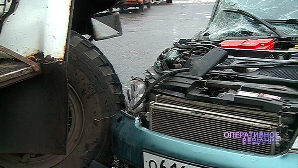 Недалеко от деревни Чурилково столкнулись грузовик и легковушка