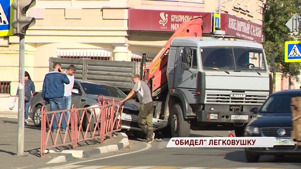 В Ярославле грузовик смял легковушку