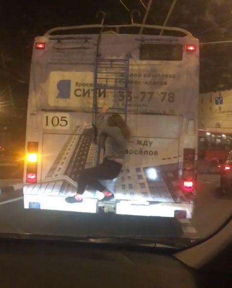 Заммэра Ярославля снял с троллейбуса девушку-«зацепера»