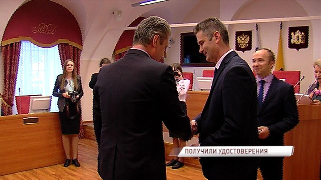 Депутаты облдумы получили удостоверения