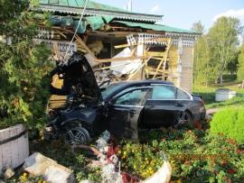 Москвич на «Мерседесе» протаранил музей быта в Угличе: едва удалось избежать жертв