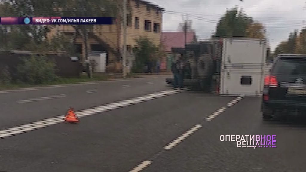 В Ярославле на Магистральной опрокинулся грузовик