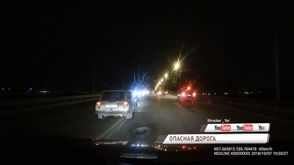 Дорога в дырах и брошенных покрышках: на Суринском мосту сразу несколько машин пробили колеса