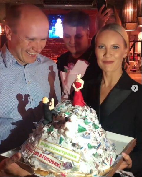 Елене Летучей вручили торт в виде горы мусора