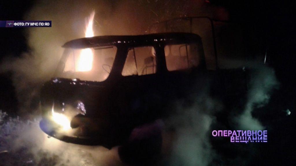 Небольшой грузовик полыхал в Ярославле