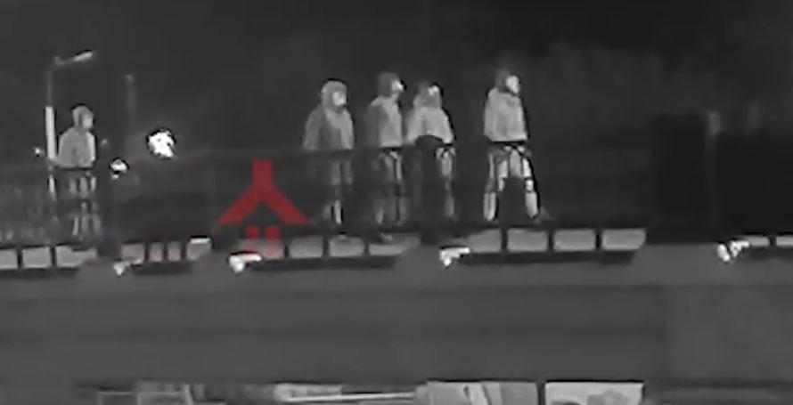 Камеры видеонаблюдения засекли вандалов, разгромивших Стрелку