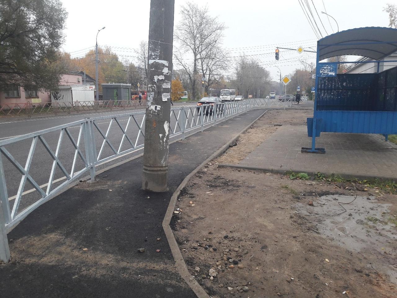 В Ярославле автобусную остановку перегородили забором