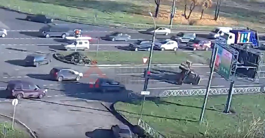 ВИДЕО: Лихач на тракторе не рассчитал скорость в повороте и завалился набок