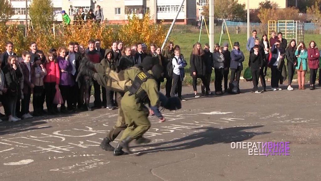 Полицейские рассказали юным ярославцам о вреде наркотиков и показали работу спецназовцев