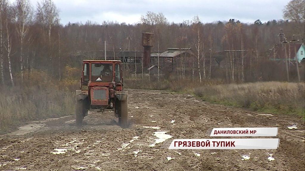 Без пожарных и без медпомощи: жители деревни в Даниловском районе несколько лет живут без дороги