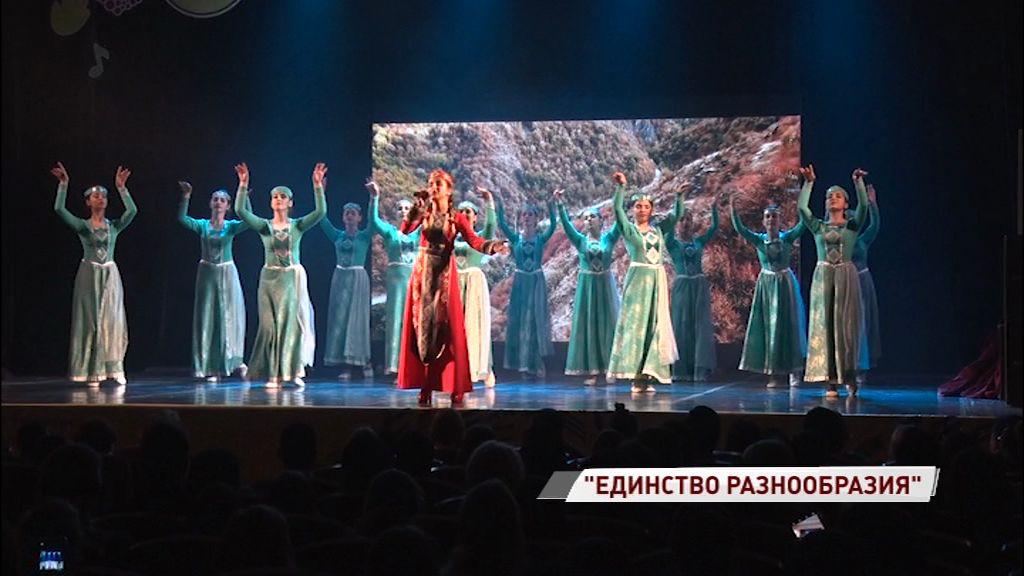 Фестиваль национальностей: яркие костюмы и реквизит, талантливые певцы, танцоры и чтецы