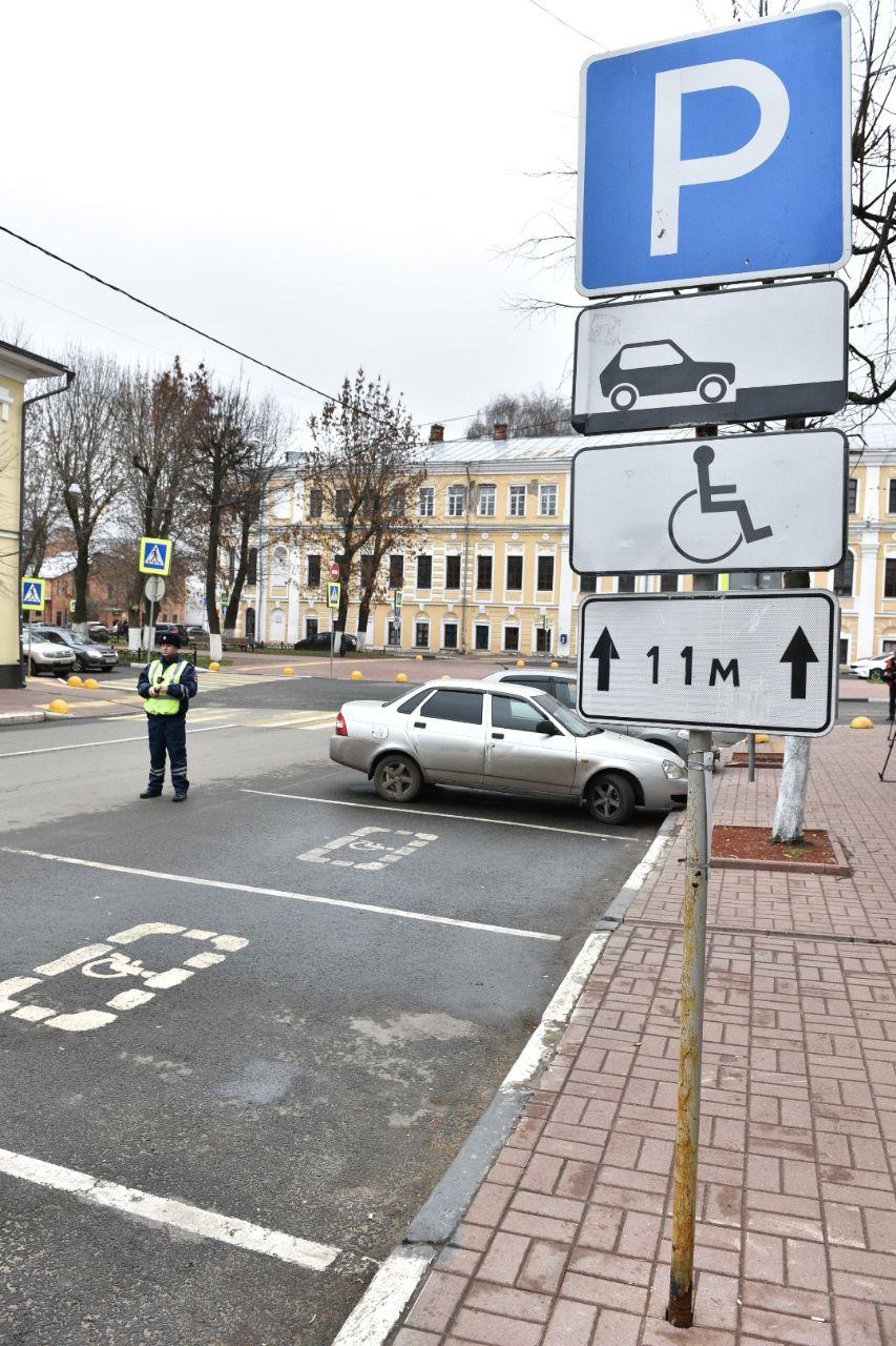 Сотрудники ГИБДД провели рейд по любителям парковаться на местах для инвалидов