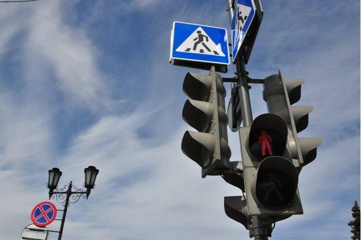 В Рыбинске устанавливают новый пешеходный светофор