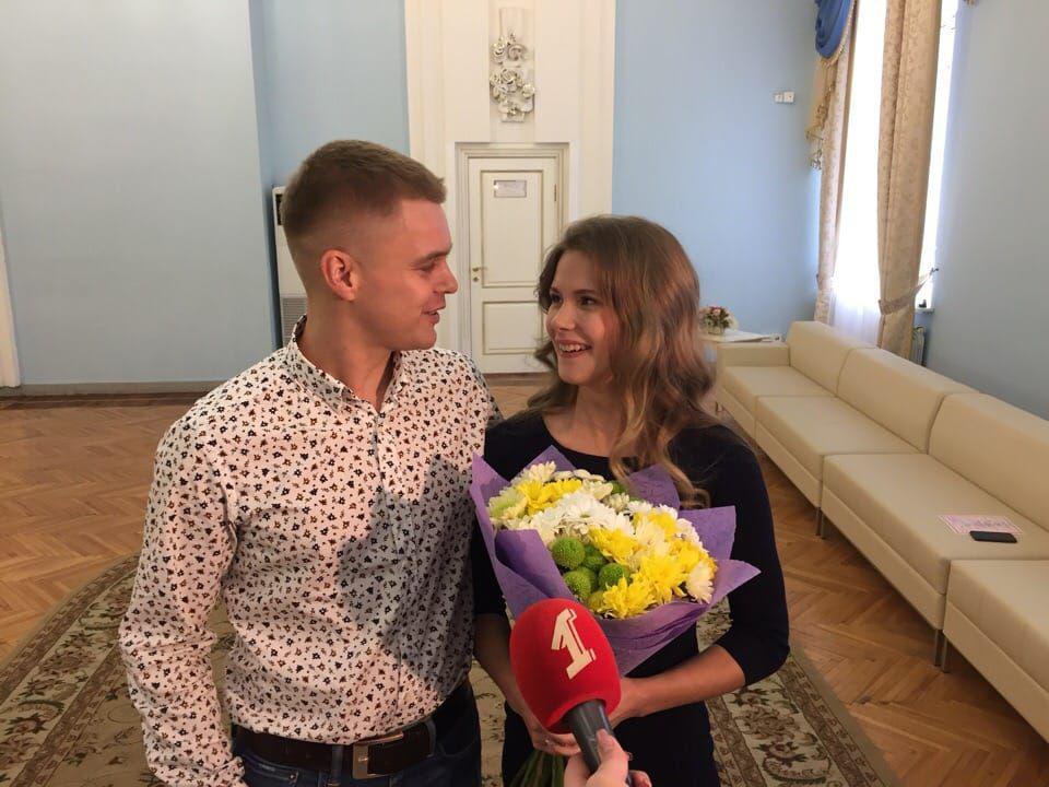 Коллектив «Первого Ярославского» поздравляет ведущую программ и новостей со свадьбой