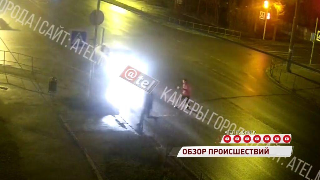 В Рыбинске автомобиль снес пешехода на переходе и скрылся
