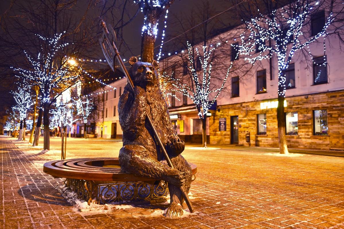 Ярославль начали украшать к Новому году: где поставят елки