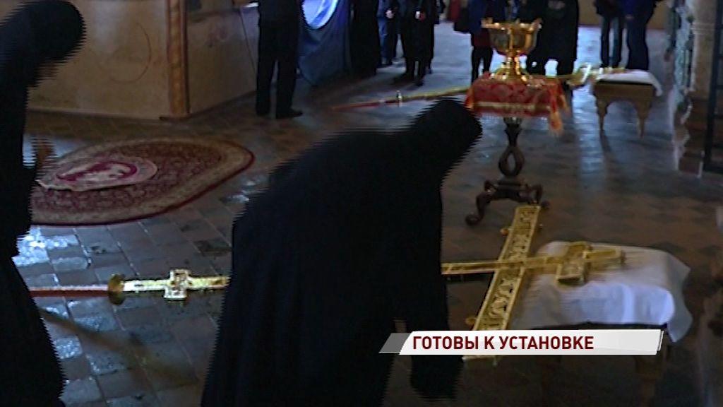 Отреставрированные кресты церкви Ильи Пророка возвращаются на свое законное место