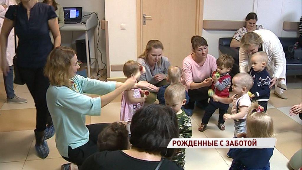 На праздник в перинатальный центр пришли мамы с детьми, проходившими там реабилитацию