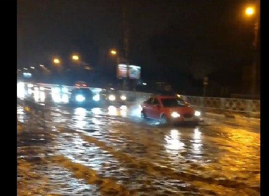 Проспект Авиатором затопило из-за аварии на водопроводе