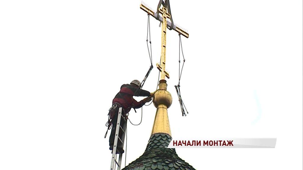 На купола Храма Ильи Пророка начали устанавливать отреставрированные кресты
