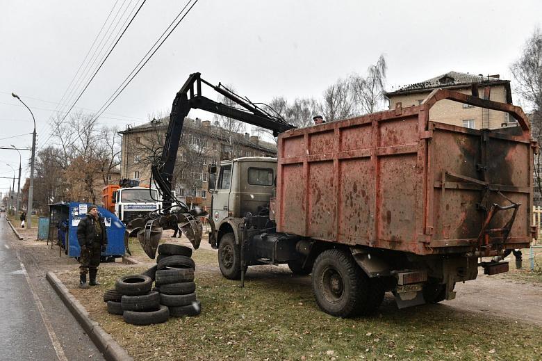 Ярославцев просят не оставлять старые покрышки у контейнеров