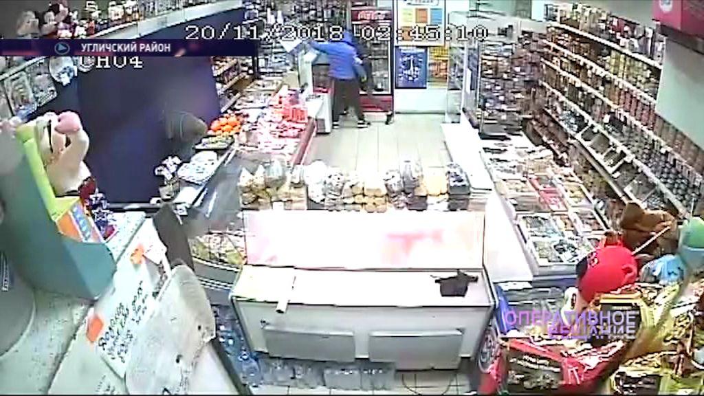 Двое жителей Углича ограбили магазин