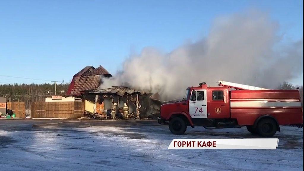 Огромное зарево: в Ростовском районе полыхало придорожное кафе