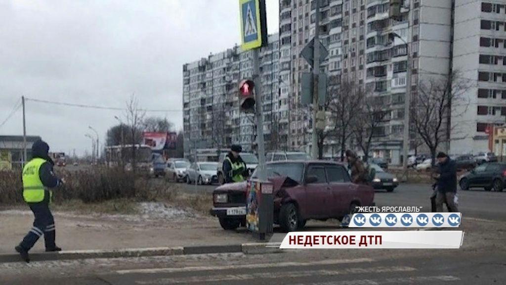 Недетское ДТП в Брагине: «Жигуль» полный подростков протаранил столб