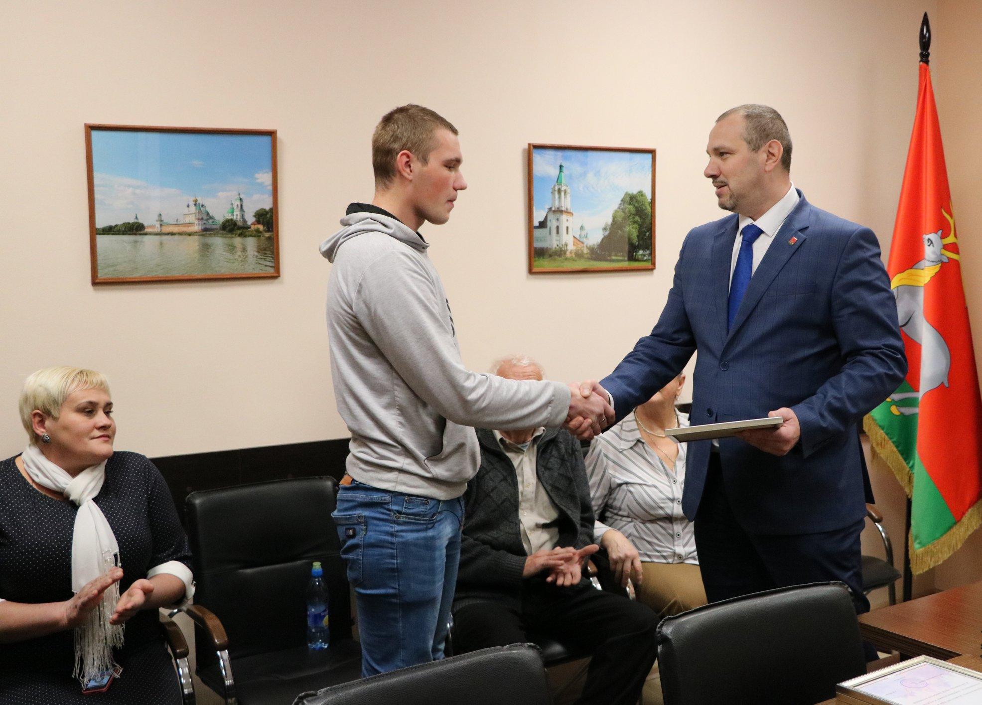 В Ростове наградили студента, который спас тонувших детей