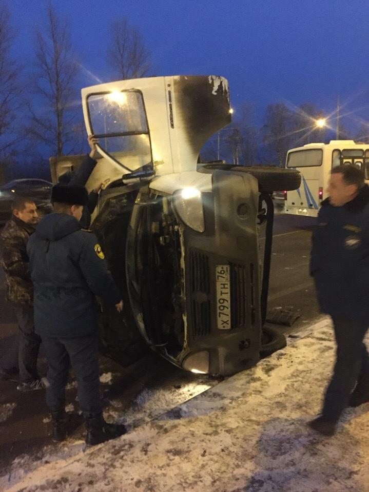 В Ярославле «Газель» столкнулась с легковушкой и опрокинулась на пешехода