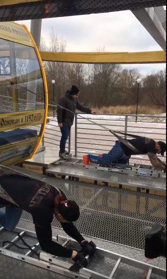 ВИДЕО: Ярославский силач сдвинул колесо обозрения