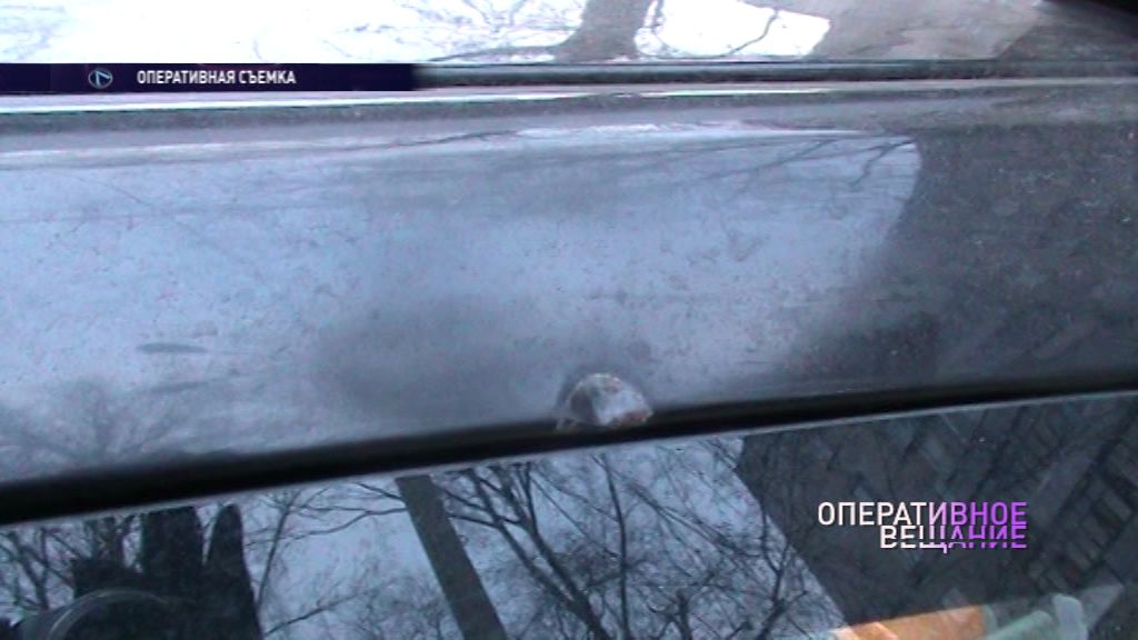 Неизвестный расстреливает из пневматики припаркованные на Большой Октябрьской машины