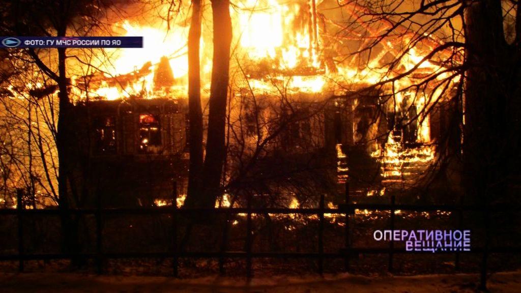 Пожарные больше десяти часов тушили деревянный дом в Большесельском районе