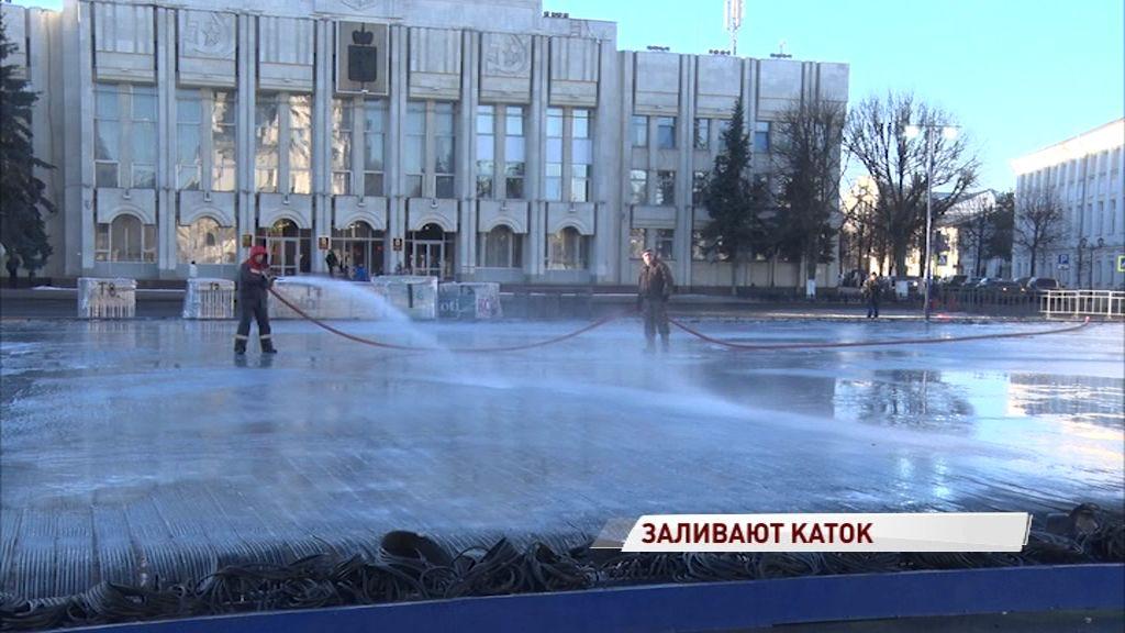 На Советской площади начали заливать каток: как оборудуют место зимних развлечений