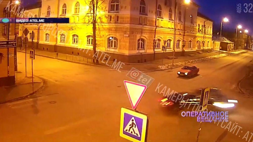 В Рыбинске на перекрестке не смогли разъехаться две машины