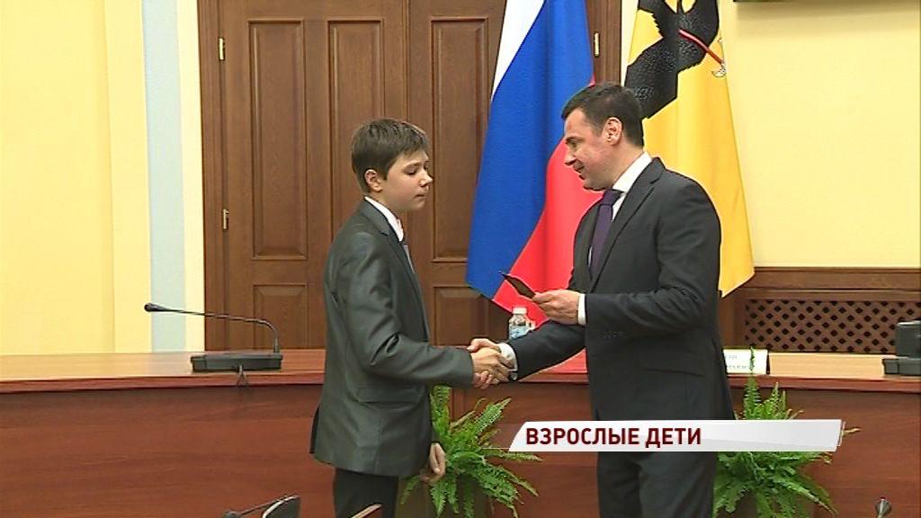 Дмитрий Миронов вручил школьникам первые паспорта